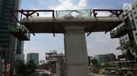Jajaran tiang  beton proyek LRT di Jakarta, Kamis (6/9). Melemahnya nilai tukar rupiah terhadap dolar AS berdampak terhadap proyek infrastruktur. (Merdeka.com/Imam Buhori)