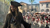 "Aksi Jack Sparrow yang diperankan oleh Johnny Depp di Film ""Pirates of the Caribbean: Dead Men Tell No Tales."" Setelah tayang perdana di China pada 11 Mei, Film ini akan tayang pada 26 Mei di seluruh dunia. (Peter Mountain / Disney via AP)"