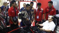 Menko Bidang Kemaritiman, Luhut Binsar Panjaitan (tengah) mencoba mobil buatan mahasiswa ITS pada Indonesia Electric Motor Show (IEMS) 2019 di Jakarta, Rabu (4/9/2019). IEMS 2019 merupakan pameran khusus kendaraan listrik pertama di Indonesia yang digelar BPPT. (Liputan6.com/Helmi Fithriansyah)