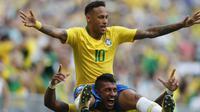 Striker Brasil, Neymar, digendong rekannya Paulinho merayakan gol ke gawang Meksiko pada babak 16 besar Piala Dunia di Samara Arena, Samara, Senin (2/6/2018). Brasil menang 2-0 atas Meksiko. (AP/Frank Augstein)