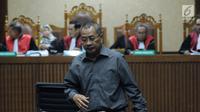 Terdakwa suap Hakim Pengadilan Tinggi Manado, Sudi Wardono usai menjalani sidang pembacaan nota pembelaan di Pengadilan Tipikor, Jakarta, Rabu (23/5). Sebelumnya, Sudi Wardono dituntut hukuman delapan tahun penjara. (Liputan6.com/Helmi Fithriansyah)
