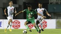 Gelandang PSMS Medan, Abdul Aziz, berusaha mengontrol bola saat melawan PS Tira pada laga Liga 1 di Stadion Pakansari, Jawa Barat, Rabu (5/12). PSMS kalah 2-4 dari PS Tira. (Bola.com/Yoppy Renato)