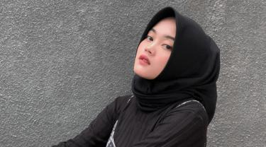 Sebagai selebgram, pemilik nama lengkao Putri Delina Andriany Sutisna ini selalu tampil stylish. Ia pun konsisten untuk terus mengenakan hijab. (Liputan6.com/IG/putridelinaa)