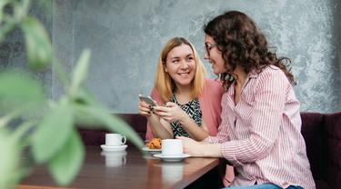 Ilustrasi dua orang sedang berbicara (pexels)