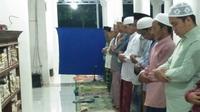 Suasana Warga di Sumenep Sedang Melaksanakan Ibadah Salat Tarawih (Liputan6.com/Mohamad Fahrul).