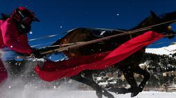 Valeria Holinger bersaing dalam lomba Skikjoering selama pacuan kuda White Turf di danau beku, Saint Moritz, Swiss, 17 Februari 2019. Skijoring mengharuskan kuda-kuda peserta menarik pemain ski di atas lintasan sepanjang 2.700 meter (STEFAN WERMUTH / AFP)