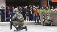 Tentara militer Korea Selatan mengambil bagian dalam latihan anti-terorisme di stasiun kereta bawah tanah Shindorim di Seoul, Korea Selatan, Selasa (29/10/2019). Latihan anti-terorisme bulan ini dikombinasikan dengan latihan pencegahan bencana. (AP Photo/Ahn Young-joon)