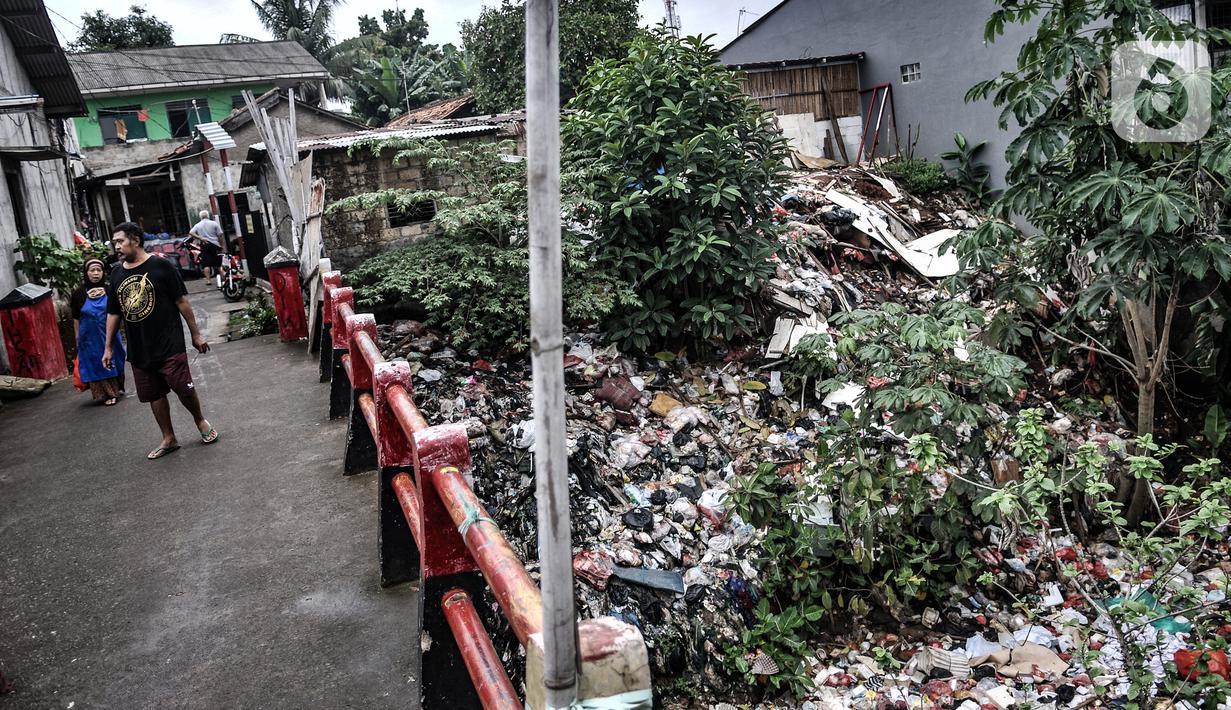 Kondisi tumpukan sampah yang memenuhi aliran Kali Baru, Jalan Raya Bogor, Cimanggis, Depok, Jawa Barat, Minggu (24/1/2021).  Menumpuknya sampah di perbatasan antara Jakarta dan Depok itu juga diperparah dengan kondisi sungai yang menyempit dan mengalami pedangkalan. (merdeka.com/Iqbal S. Nugroho)