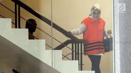 Bupati Subang nonaktif Imas Aryumningsih berada di gedung KPK, Jakarta, Kamis (29/3). Imas dan Miftahhudi diperiksa sebagai tersangka untuk pelengkapan berkas kasus dugaan suap di lingkungan Pemerintah Kabupaten Subang. (Merdeka.com/Dwi Narwoko)