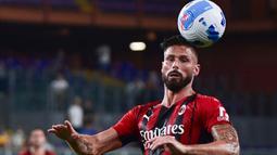 AC Milan pun tak mau kalah, Olivier Giroud yang musim ini bermain untuk AC Milan mencetak dua gol ke gawang Cagliari dan tampaknya akan memecahkan kutukan nomor 9 yang sudah bertahan lama di AC Milan. (Foto: AFP/Miguel Medina)
