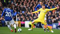 Gelandang Chelsea, Jorginho (kuning) berjibaku dengan pemain Everton, Bernard (kiri), pada di Goodison Park, Minggu (17/3/2019). Chelsea takluk 0-2.  (AFP / Paul Ellis)