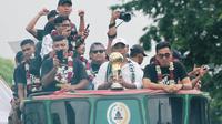 Pemain dan ofisial PSS Sleman diarak setelah menjuarai Liga 2 2018. (Bola.com/Vincentius Atmaja)