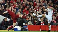 Gelandang Liverpool, James Milner, berebut bola dengan gelandang AS Roma, Alessandro Florenzi, pada leg pertama semifinal Liga Champions di Stadion Anfield, Selasa (24/4/2018). Liverpool menang 5-2 atas AS Roma. (AFP/Oli Scarff)