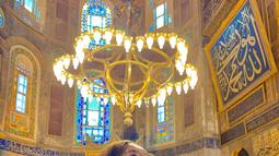 Beby Tsabina juga gemar sekali traveling ke luar negeri. Salah satu negara yang pernah dikunjungi Beby yakni Turki. Ia begitu terkesima saat memasuki bangunan Hagia Sophia yang desain arsitekturnya memanjakan mata. (Liputan6.com/IG/@bebytsabina)