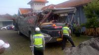Kondisi Bus Sang Engon setelah mengalami kecelakaan di Semarang. (Liputan6.com/Edhie Prayitno Ige)