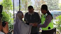 Bripka Eka Setiawan, polisi yang nyangkut di kap mobil di Pasar Minggu berdamai dengan pengemudi yang menabraknya. (Nur Habibie/Merdeka.com)