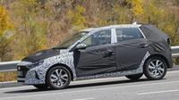 Model terbaru Hyundai i20 tertangkap kamera tengah diuji. (Carscoop)