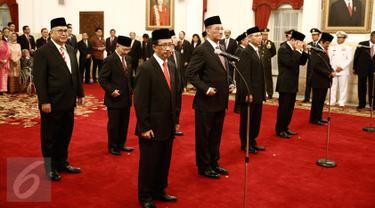 10 Dubes luar biasa dan berkuasa penuh (LBBP) RI untuk negara-negara sahabat diambil sumpah jabatannya di Istana Negara, Jakarta, Kamis (25/2). Pelantikan disaksikan Wapres Jusuf Kalla dan jajaran menteri Kabinet Kerja. (Liputan6.com/Faizal Fanani)
