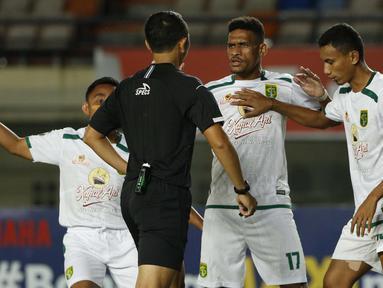 Pemain Persebaya Surabaya, Ricky R Kambuaya (tengah) dan Rendi Irwan Saputra (kiri) memprotes keras keputusan wasit saat melawan PS Sleman. (Foto: Bola.com/Ikhwan Yanuar)