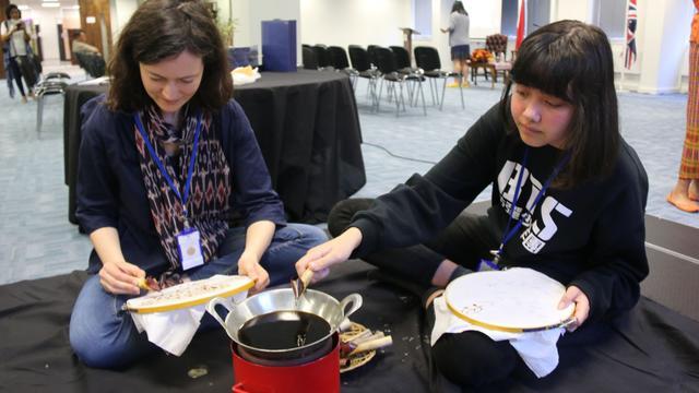Peserta workshop membatik di KBRI London. Para peserta asal London mengapresiasi nilai seni batik dan proses membatik (21/4) (sumber: KBRI London)