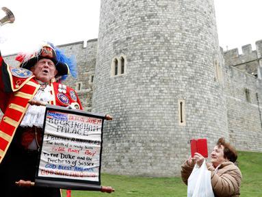 Town Crier tak resmi mengumumkan kelahiran anak pertama Pangeran Harry dan Meghan Markle di luar Kastil Windsor, Inggris, Senin (6/5/2019). Berita Meghan Markle telah melahirkan anak pertamanya dengan Pangeran Harry disambut suka cita oleh publik Inggris. (AP Photo/Hibah Alastair)