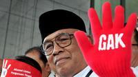 Plt Ketua KPK Taufiequrachman Ruki mengenakan sarung tangan sebagai bentuk aksi protes, di gedung KPK, Jakarta, Jum'at (9/10/2015). (Liputan6.com/Andrian M Tunay)