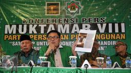 Wakil Ketua Umum PPP Emron Pangkapi (kedua kiri) memperlihatkan sebuah gambar saat menggelar konferensi pers terkait pelaksanaan Muktamar Islah PPP, Jakarta, Kamis (31/3/2016). (Liputan6.com/ JohanTallo)
