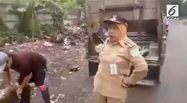 Seperti Wali Kota Surabaya, Tri Rismaharini, Camat Palmerah di Jambi bernama Mursidah tak segan bertindak tegas seorang yang ingin buang sampah sembarangan.