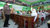 Wali Kota Malang, Sutiaji, di depan para siswa yang mulai belajar lagi setelah sekolah tatap muka resmi mulai dijalankan pada Senin, 19 april 2021 (Humas Pemkot Malang)