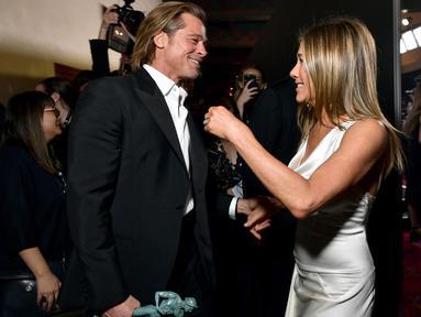 Brad Pitt dan Jennifer Aniston menghadiri SAG Awards 2020 di Shrine Auditorium, Los Angeles, Minggu (19/1/2020). Brad Pitt dan Jennifer Aniston terlihat berinteraksi di hadapan kamera awak media untuk pertama kalinya sejak bercerai pada tahun 2005 lalu. (Emma McIntyre/Getty Images for Turner/AFP)