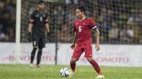 Gelandang Timnas Indonesia, Evan Dimas, mengontrol bola saat melawan Malaysia pada semifinal SEA Games di Stadion Shah Alam, Selangor, Sabtu (26/8/2017). Indonesia kalah 0-1 dari Malaysia. (Bola.com/Vitalis Yogi Trisna)