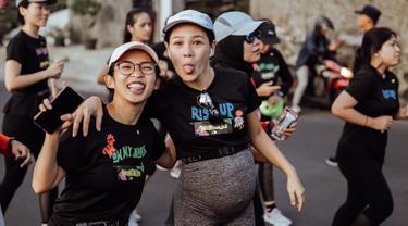 Sedang hamil anak kedua, Andien mengikuti acara lari 10 km untuk wanita. Hal itu ia lakukan untuk memperingati Hari Perempuan Internasional. Andien turut berlari bersama 1000 wanita yang mengikuti aksi memperingati International Woman's Day. (Liputan6.com/IG/@andienaisyah)