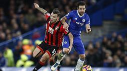 Gelandang Chelsea, Cesc Fabregas, menahan laju gelandang Bournemouth, Jack Wilshere. Pada laga ini Chelsea kembali turun dengan formasi andalannya 3-4-3, sementara Bournemouth menggunakan skema 3-5-1-1. (Reuters/Peter Nicholls)