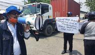 Sopir truk demo menolak karcis masuk pergudangan Kalianak 55 yang diduga jadi ajang pungli. (Dian Kurniawan/Liputan6.com)