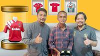 Presiden Borneo FC, Hasnuryadi Sulaiman (kanan), ingin membangun sebuah museum yang akan memperlihatkan sejarah perjalanan klub berjulukan Laskar Antasari itu. (Bola.com/Gatot Susetyo)