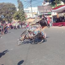 Salah satu aksi berbahaya dalam lomba ketangkasan freestyle tukang becak di Garut, dalam perayaan HUT ke-74 RI (Liputan6.com/Jayadi Supriadin)