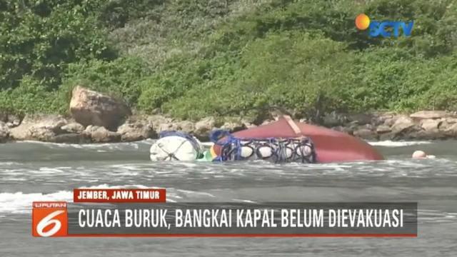 Bangkai Kapal Joko Berek yang karam akibat diterjang ombak di perairan Pantai Pancer, Jember, masih belum dievakuasi lantaran cuaca buruk.