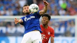 Gelandang Schalke, Daniel Caligiuri, mengontrol bola saat melawan Bayern Munchen pada laga Bundesliga di Veltins-Arena, Gelsenkirchen, Sabtu (24/8). Schalke kalah 0-3 dari Munchen. (AFP/Uwe Kraft)