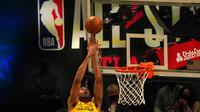 Giannis Antetokounmpo Melakukan Slam Dunk di NBA All-Star 2021 (AFP/TIMOTHY A. CLARY)