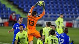 Kiper Getafe, David Soria, menangkap bola saat melawan Atletico Madrid pada laga Liga Champions di Stadion Alfonso Perez, Sabtu (13/3/2021). Kedua tim bermain imbang 0-0. (AP/Manu Fernandez)