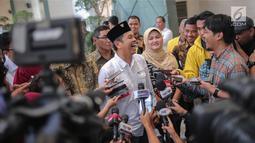 Ketua DPD Partai Golkar Jawa Barat Dedi Mulyadi menjawab pertanyaan awak media di lobi Bakrie Tower Kuningan, Jakarta, Jumat (29/9). Dedi mengaku pertemuan dengan Aburizal Bakrie guna menyampaikan kondisi terkini Partai Golkar (Liputan6.com/Faizal Fanani)