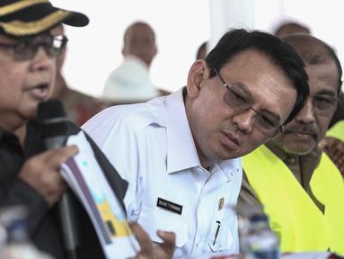 Gubernur DKI Jakarta Basuki T Purnama melihat paparan saat meninjau langsung pulau hasil reklamasi di pantai utara Jakarta, Rabu (4/5). Pulau C dan D merupakan hasil reklamasi, satu dari 17 pulau reklamasi di Teluk Jakarta. (Liputan6.com/Faizal Fanani)