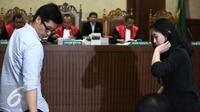 Suami alm Mirna, Arief Sumarko dan saudaranya, Sandy Salihin usai diambil sumpah saat mengikuti persidangan lanjutan Jessica Kumala Wongso dengan agenda pemeriksaan saksi di Pengadilan Negeri Jakarta Pusat, Selasa (12/7). (Liputan6.com/Faizal Fanani)
