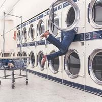 Saat pembantu mudik, suka atau tidak suka kamulah yang harus membersihkan rumah, termasuk mengurus cucian kotor. (Ilustrasi: Pexels.com)