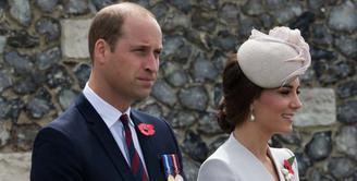Pasangan Pangeran William dan Kate Middleton kini sedang berbahagia lantaran akan hadirnya anak ketiga mereka yang saat ini berada di dalam kandungan Kate. Kabar kehamilan ini sudah dibicarakan sejak lama. (AFP/Kurt Desplenter)