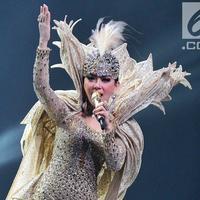 Penyanyi Syahrini saat konser Journey of Syahrini di Ciputra Artpreneur, Jakarta, Kamis (20/9). Konser dengan tiket termahal seharga Rp 25 juta dengan jumlah 23 kursi habis terjual. (Liputan6.com/Faizal Fanani)