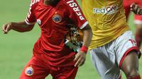 Pemain tengah Persija, Riko Simanjuntak (kiri) berebut bola dengan pemain Selangor FA saat laga persahabatan di Stadion Patriot Candrabhaga, Bekasi, Kamis (6/9). Persija kalah 1-2. (Liputan6.com/Helmi Fithriansyah)