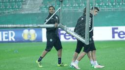 Alessandro Matri (kiri) ikut bersama-sama rekannya mengangkat gawang sebelum dimulai latihan. (Bola.com/Reza Khomaini)