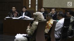 Terdakwa korupsi pengadaan dan pelaksanaan pembangunan kampus IPDN Sumbar di Kab Agam TA 2011, Dudy Jocom mendengarkan keterangan saksi dari JPU saat menjalani sidang di Pengadilan Tipikor Jakarta, Rabu (12/9). (Liputan6.com/Helmi Fithriansyah)