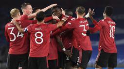 Gelandang Manchester United (MU), Paul Pogba bersama rekan setim merayakan gol yang dicetaknya ke gawang Brighton Albion dalam lanjutan Piala Liga di Stadion Falmer, Kamis (1/10/2020) dinihari WIB. MU menang 3-0 atas Brighton Albion. (Andy Rain/Pool via AP)